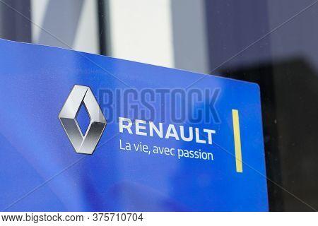 Bordeaux , Aquitaine / France - 07 06 2020 : Renault Dealership Windows Of Store Car Sign Logo In St