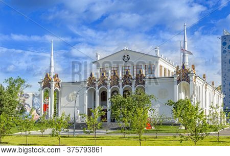 Moscow, Russia - June 13, 2020: Vdnh Park At Sunny Summer Morning. Pavilion 25 \