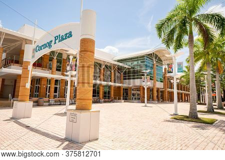 Fort Myers, Fl, Usa - July 8, 2020: Image Of Cornog Plaza Fort Myers Fl Usa