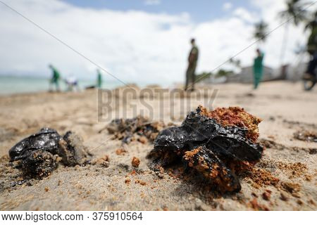Vera Cruz, Bahia/brazi - Octuber18, 2019: People Collect Oil Slick In Praia Do Sol, The Place Was Af