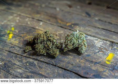 Pesando A Quantidade De Produtos Medicinais Derivados De Maconha (marijuana). Erva De Cbc Ou Thc Dis