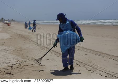 Salvador, Bahia / Brazil - October 12, 2019: Public Cleaners Are Seen Collecting Oil Slicks On Ipita