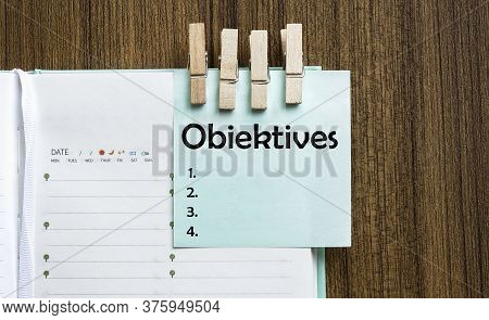 Obiektives Notes Paper And A Clothes Pegs On Wooden Background