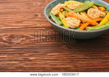 Snow pea salad with shrimps and pepper. Low fat healthy eating concept.