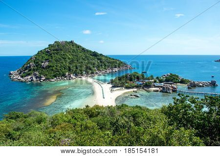 Ko Nang Yuan is a small island very close to Ko Tao. It is famous for its diving spots and its great snorkeling beach.