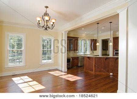 Küche und Essbereich in gehobener Startseite öffnen