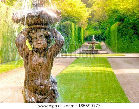fountain statue child shower italian garden giardino all'italiana