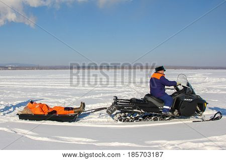 Rescuers transported the victim to the sledge on the ice