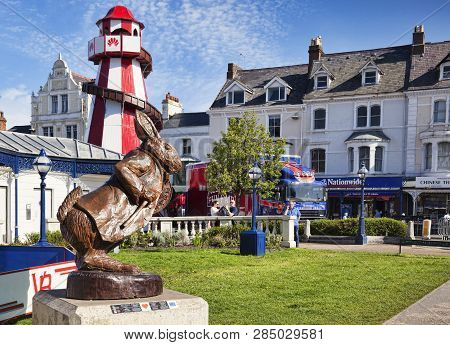 7 May 2018: Llandudno, Conwy, North Wales - White Rabbit Oak Sculpture, By Simon Hedger, Part Of The
