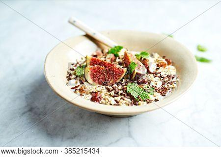 Oat flake muesli with hazelnuts, raisins, dark chocolate, chia and fresh figs. Made with organic oat milk