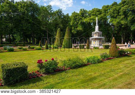 Saint- Petersburg, Russia - June 18, 2018: The Roman Fountain In The Garden Of Lower Park In Peterho