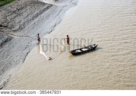 South 24 Pargana West Bengal India On March 25th 2017: Fishing Couple Are Busy To Collecting Fish In