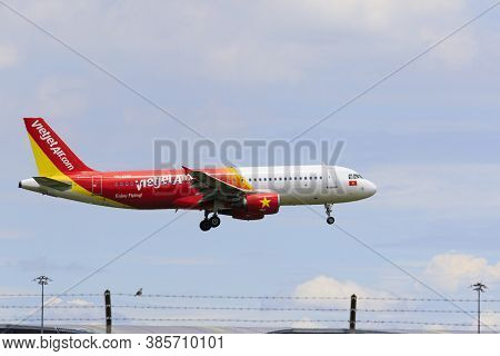 Bangkok Thailand - August22,2015 : Airbus A320 Plane Of Vietjetair Airlines Approach For Landing To