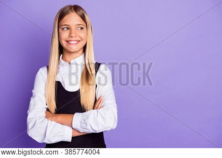Portrait Of Nice-looking Attractive Pretty Cheerful Brainy Diligent Long-haired Girl Folded Arms Cop