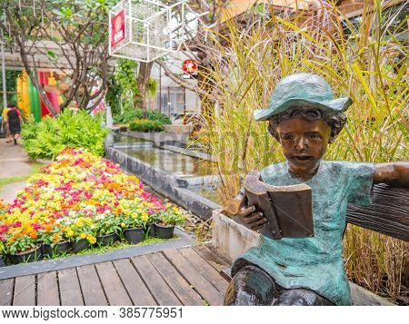 Udon Thani/thailand-11 Dec 2017:children Read A Book Statue In Ud Town Community Mall  At Udon Thani