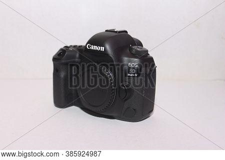 India, Mumbai 18th Sept 2020: Canon 5d Mark 4 Illustrative Shot Of Canon  5d Mark 4 On The White Bac