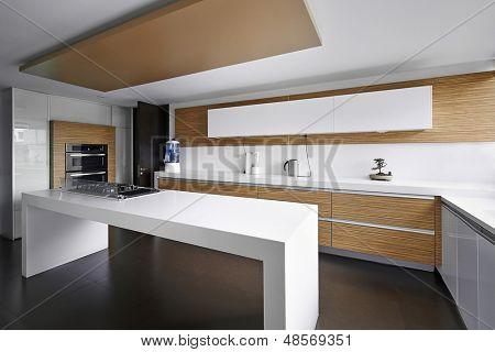Innenarchitektur: Moderne grosse Küche