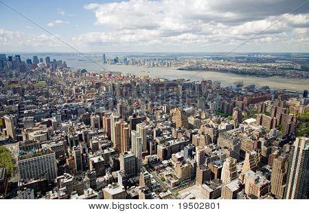 Luftbild von Manhattan entnommen oben auf das Empire State building in New York City.