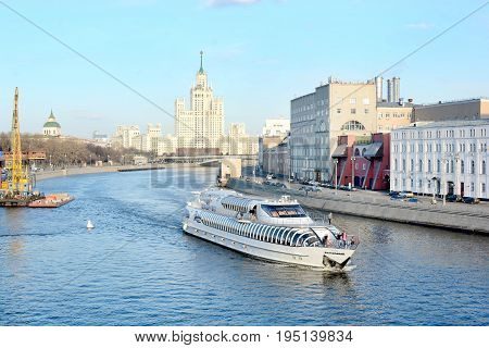 Ship travels along the Moscow River in the Russian capital in Moscow. 15.04.2017. Walk along the river near the red square
