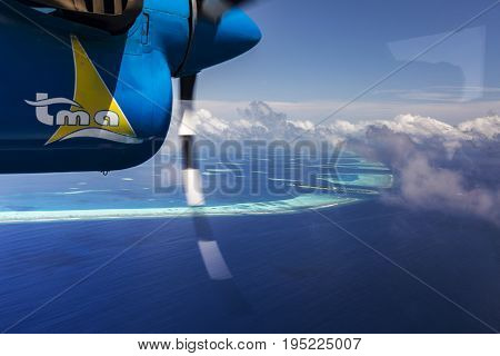 Indien Ocean Malddives - June 14 2015 : Seaplane taxi fly over Atolls in Indian Ocean To transfer passengers to the hotel in the islands.