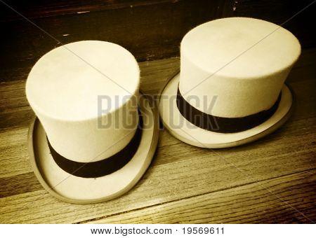 Zwei altmodische Top Hüte