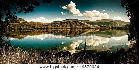 Panorama Landschaftsansicht Bergsee und klaren blauen Himmel.