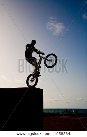 Young mit Fahrrad