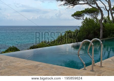 Swimming pool overlooking the sea and the horizon