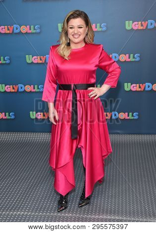 LOS ANGELES - APR 13:  Kelly Clarkson arrives for the STXfilms'