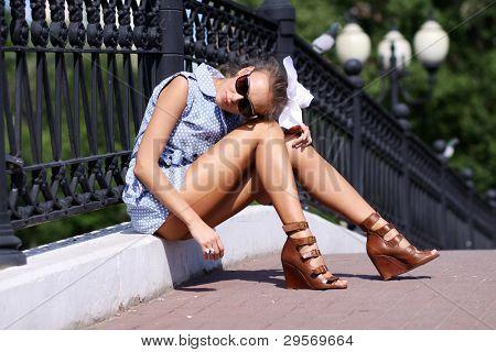 Retrato da menina ao máximo contra street