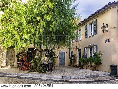 Saint-tropez, France - August 16: Walking In The Streets Of Saint-tropez, Cote D'azur, France, Augus
