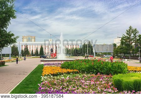 Barnaul. Russia.  August 25. 2020. Veterans Square With Flower Beds And A Fountain. Against The Back
