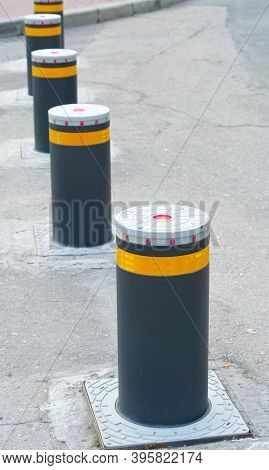 Retractable Electric Bollard Metallic, And Hydraulic For The Control Of Road Traffic Locked Up Under