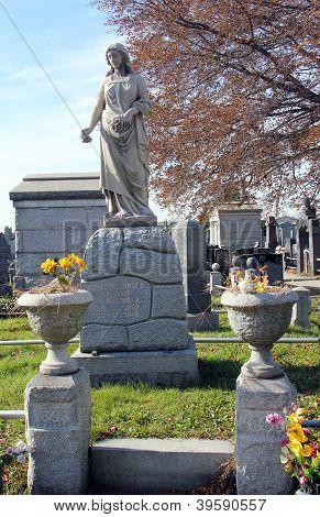 Statue at the  Washington Jewish cemetery in Brooklyn, New York