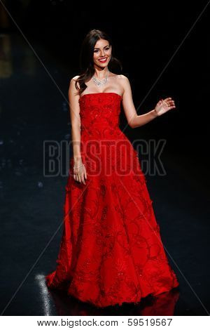 NEW YORK-FEB 6: Actress Victoria Justice wears Oscar de la Renta at The Heart Truth Red Dress Collection during the Mercedes-Benz Fashion Week at Lincoln Center on February 6, 2014 in New York City.