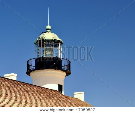 Leuchtturm gegen einen blauen Himmel