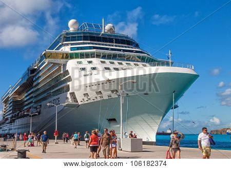 Cruise Ship Passengers In St. Maarten