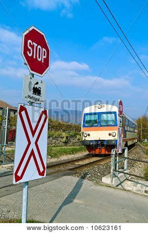 Donauuferbahn. Crossing without barriers