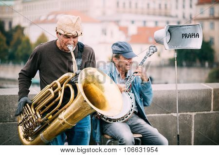 Street Busker performing jazz songs at the Charles Bridge in Pra