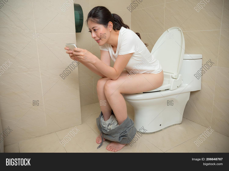 Смотреть онлайн писающих девушек крупно, Девки писают в туалете крупным планом 21 фотография