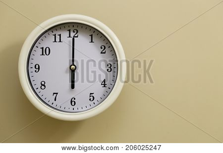 Room wall clock time is at 6:00