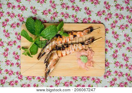 Fried shrimp-delicious fried shrimp with lettuce
