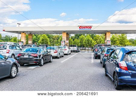 Fairfax, Usa - September 8, 2017: People In Cars Waiting In Long Line Queue Lanes To Fill Up Vehicle