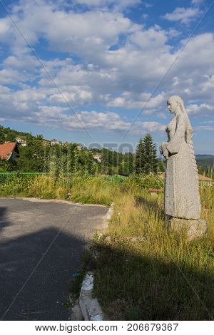 The village of Chokmanovo is located in a mountainous area. Chokmanovo is located on the southern slopes of the Kainaydin Ridge about 6 km south of Smolyan and 7 km north of the village of Smilyan.