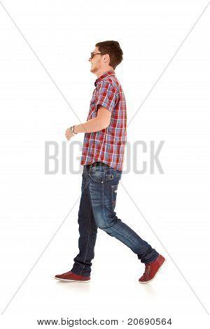 Mode-Mann zu Fuß