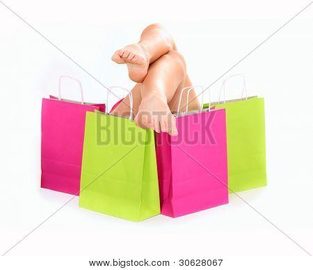 Ein Bild von sexy Frauen Beine unter den Einkaufstaschen over white background