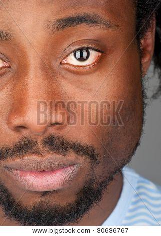 Retrato de guapo joven afroamericano mirando a cámara