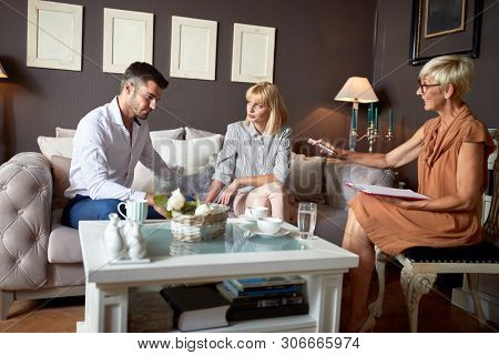Wife and husband in verbal discussion at psychologist