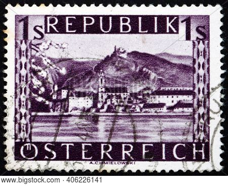 Austria - Circa 1946: A Stamp Printed In Austria Shows Durnstein, Town In Lower Austria, Circa 1946