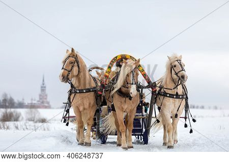 Russian Traditional Fun - Galloping On Three Horses In Winter In A Sleigh. Three Horses Jump Togethe